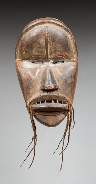 Masque de case présentant un visage à l'expression...