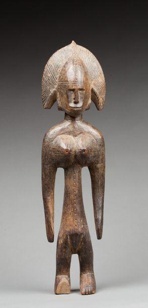 Statue féminine présentée debout avec coiffe...