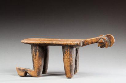Petit siège en bois à patine d'usage miel...