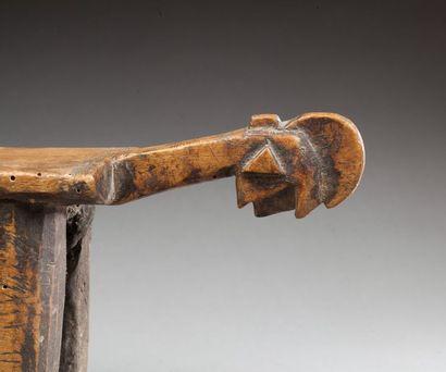 Petit siège en bois à patine d'usage miel et brune, un pied cassé collé  Bobo, Mali...