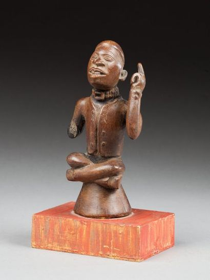 Statuette présentant un chef assis avec une...