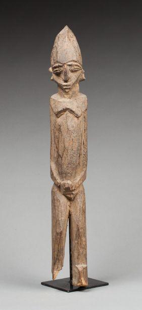 Statue masculine présentant un personnage...