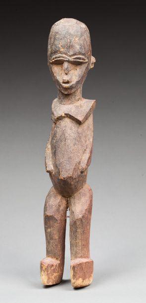 Statuette féminine présentant une jeune femme...