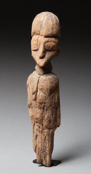 Archaïque statue masculine présentant un...