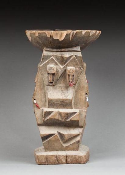 Tabouret traditionnel présentant des figures...