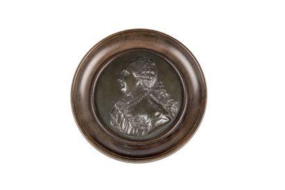 Louis XVI. Médaillon en bronze orné du profil...