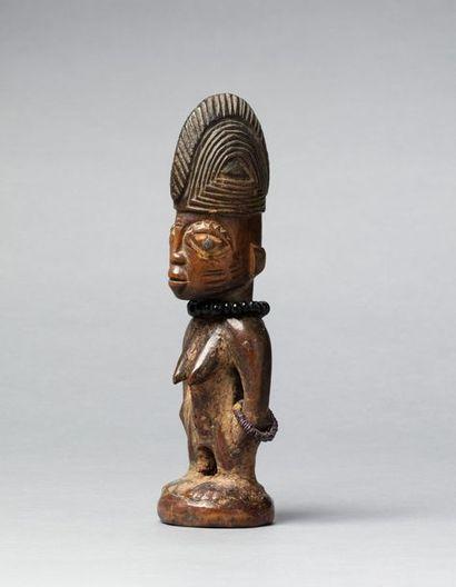 Ibeji féminin présentée debout sur un piédestal...
