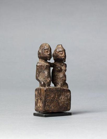 Archaïque petit fétiche présentant un couple...