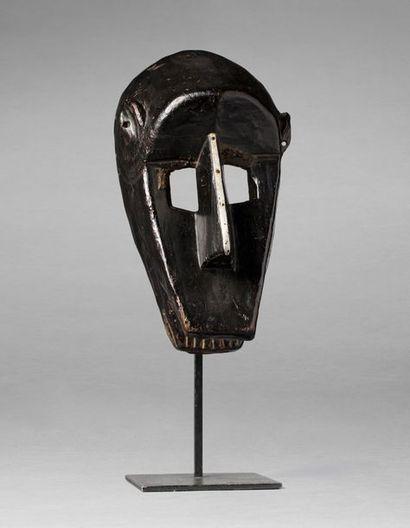 Masque de danse initiatique présentant une...