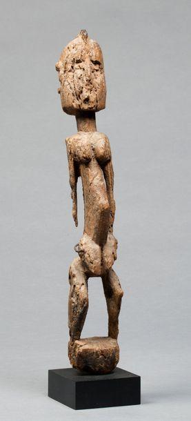 Statue anthropomorphe présentant un ancêtre-hermaphrodite,...