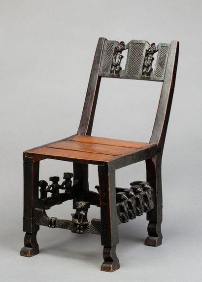 Chaise sculptée d'un riche décor évoquant...