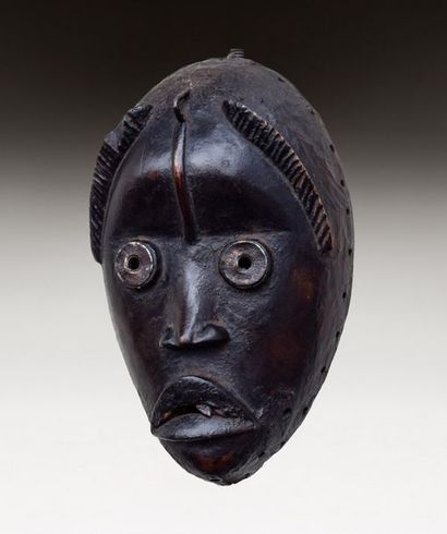Masque de danse sculpté d'un visage avec...