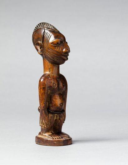 Ibeji masculin présenté debout sur un piédestal...