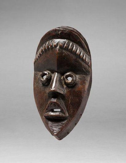 Masque de danse présentant un visage juvénile à l'expression vigoureuse accentuée...