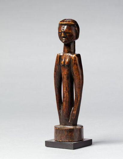 Statuette anthropomorphe présentant un buste ancestral hermaphrodite aux bras longilignes,...