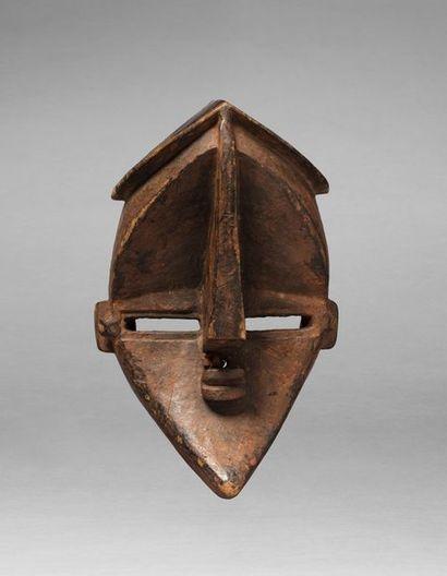Masque de danse présentant un visage cubiste,...