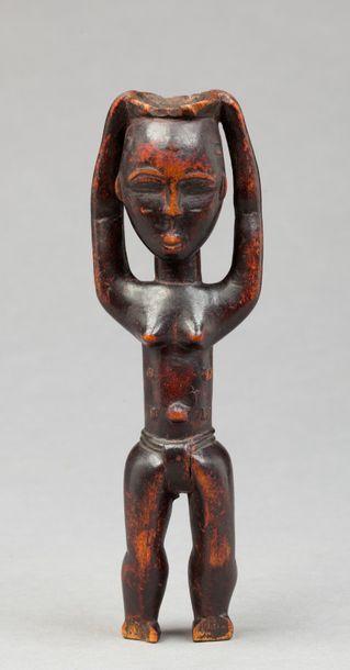 Statuette présentant une jeune femme transportant...
