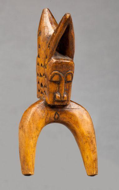 Lance pierre sculpté de deux têtes de buffle...