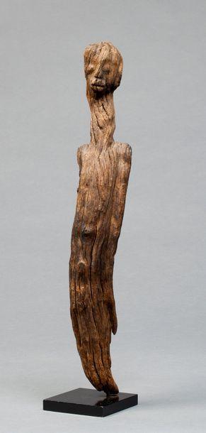 Statue anthropomorphe sculptée dans les formes...