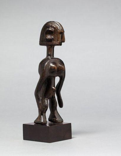Statuette féminine Jolyeni, elle est présentée...