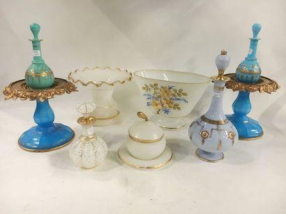 Lot en opaline ou verre opaliné comprenant :  - Deux portes lampe à pétrole bleu,...