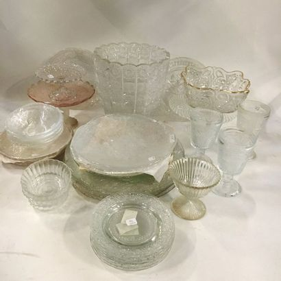 Lot de verreries, cristal et verres moulés comprenant :  - 4 coupes à piédouche...