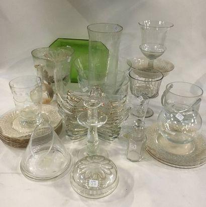Lot de verreries comprenant :  - 3 coupes à pieds  - Un sceau à glace  - 2 vases...