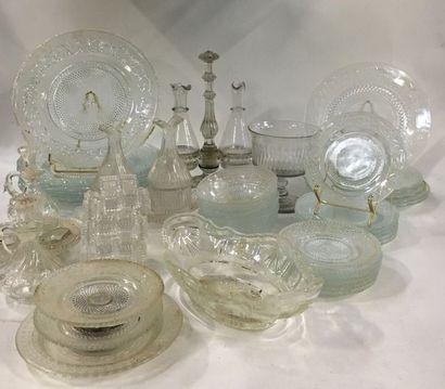 Ensemble de verrerie ou cristal moulé comprenant...