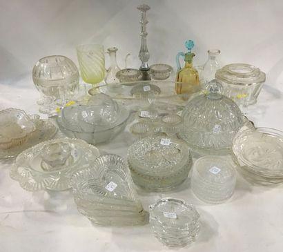 Lot de verres divers ou cristal moulé comprenant :  - Un plateau et une cloche à...