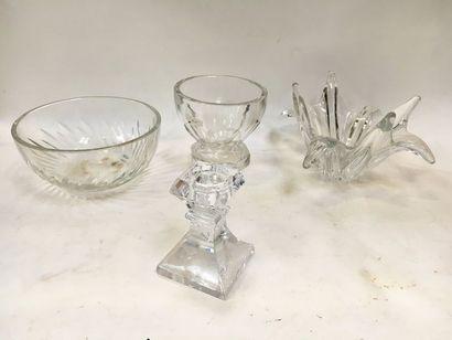 BACCARAT - SEVRE - SAINT LOUIS    Ensemble en cristal dont coupe à crème et vase....