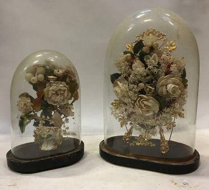 Deux bouquets de mariée sous globe  H. 45...