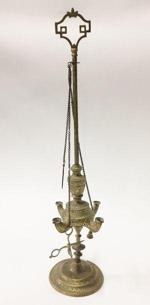 Une lampe orientale en laiton à décor de...