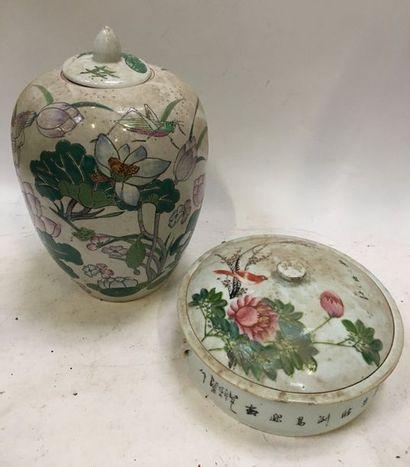 CHINE XIXe  Lot en céramique à décor de fleurs, branchages et oiseaux comprenant...