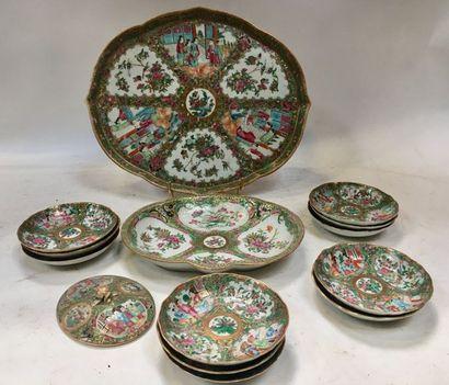 CANTON  Partie de service à thé en porcelaine de Canton du XIXéme siècle comprenant...