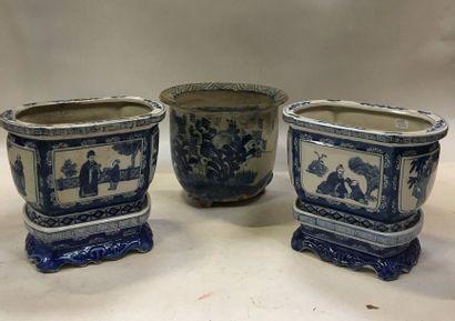 Ensemble de 3 jardinières en faïence blanche à décor polychrome bleu dont une paire...
