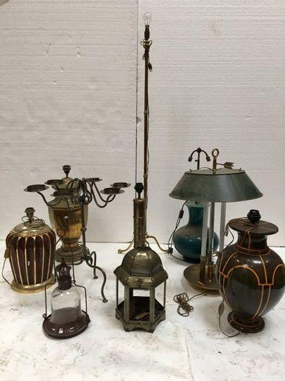 Fort lot comprenant un ensemble de lampes, lanternes en laiton, métal et divers...