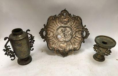 Deux petits vases Japonais en métal à décor...