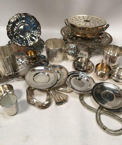 Ensemble en métal argenté comprenant : réchauds,...