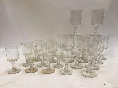 Ensemble de verres en cristal à décors de gouttes d'eau comprenant :  - 12 verres...
