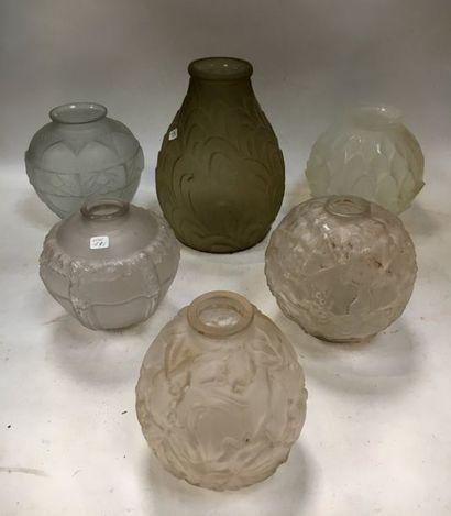 Lot de vases en verre moulé et dépoli à décors...