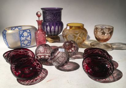 Un lot de verres en cristal de bohème et divers comprenant :  - 3 vases  - 3 boules...