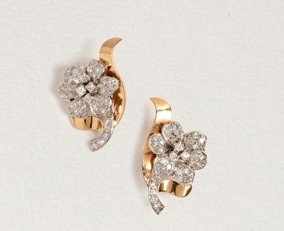 Paire de clips d'oreilles fleurettes en or...
