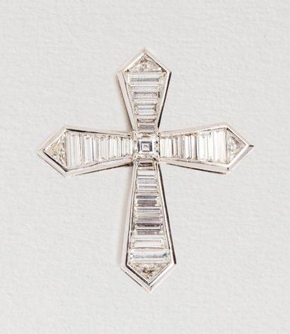 Importante croix en or gris 18k (750 millièmes)...