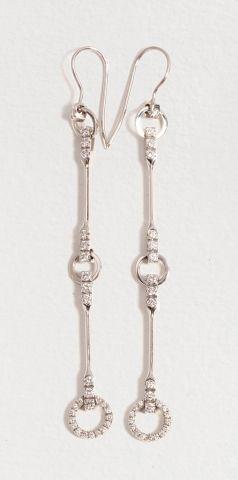 Fins pendants d'oreilles GUCCI en or gris...