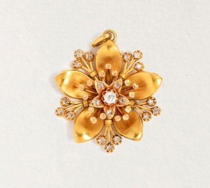 Pendentif fleur en or jaune 18k (750 millièmes)...