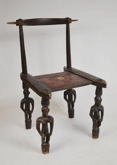 Chaise africaine en bois, le piètement à...