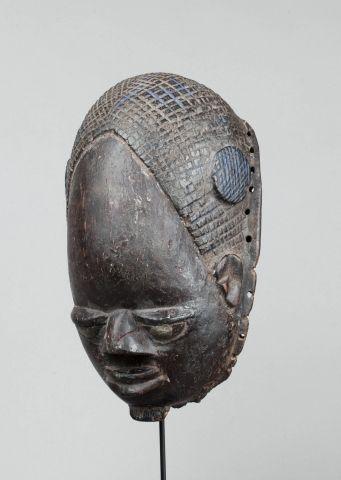 Masque heaume présentant un visage d'un dignitaire...