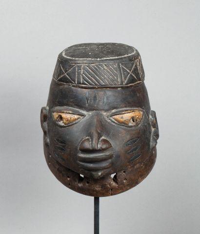 Masque heaume présentant une tête de dignitaire...