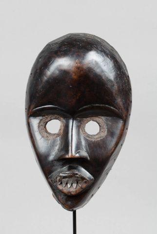 Masque de danse présentant un visage la bouche...
