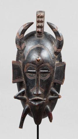 Masque de corporation Kpelié sculpté d'un...